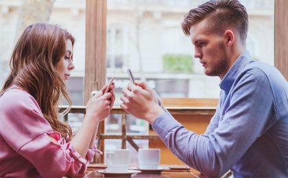 Social Media kann zu einer so starken Gewöhnung führen, dass der Alltag und das Privatleben davon beherrscht werden.