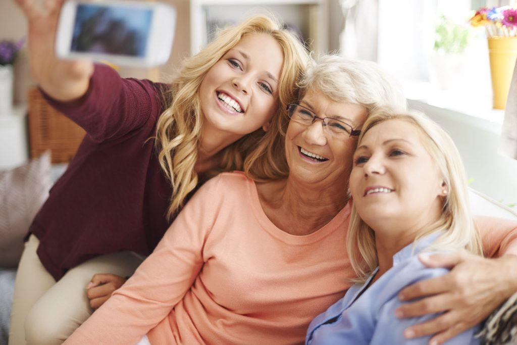 Macht Spaß: ein Selfie fürs digitale Familienalbum. Mit Seniorenhandies noch einfacher