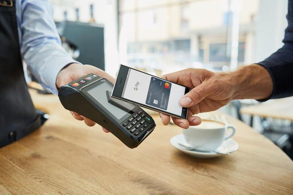 Zahlen mit dem Smartphone funktioniert wie bei den kontaktlosen Karten über die Nahfunk-Technologie NFC. Nur das Telefon kurz entsperren, nah an das Kassenterminal halten, fertig.