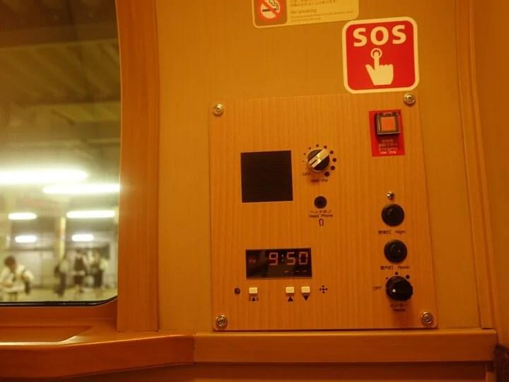 サンライズエクスプレスのシングルB個室についているラジオと目覚まし時計の写真