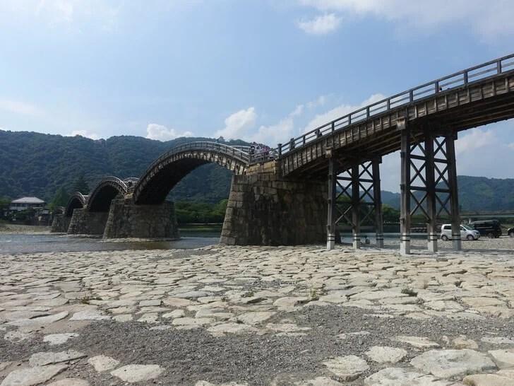 階段を降りて見た錦帯橋の写真