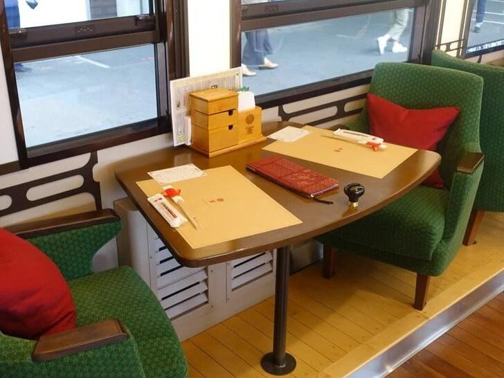 伊予灘ものがたりのテーブル席を撮影した写真