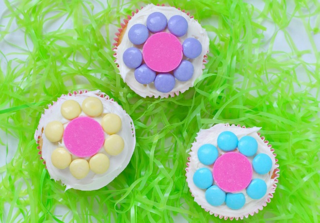 learn how to make simple flower cupcakes  sc 1 st  Smart Party Planning & Easy Spring Flower Cupcakes That The Kids Will Love