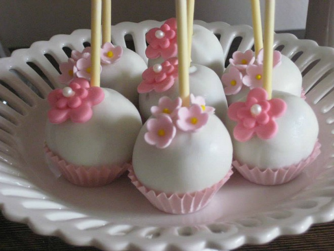White and pink cake pops