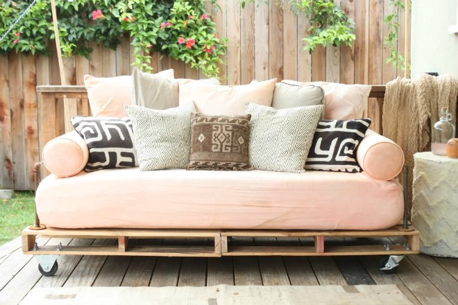 Learn how to make pallet furniture with these simple step by step tutorials. With all the indoor and outdoor furniture made from wood pallets these are all cost effective projects.
