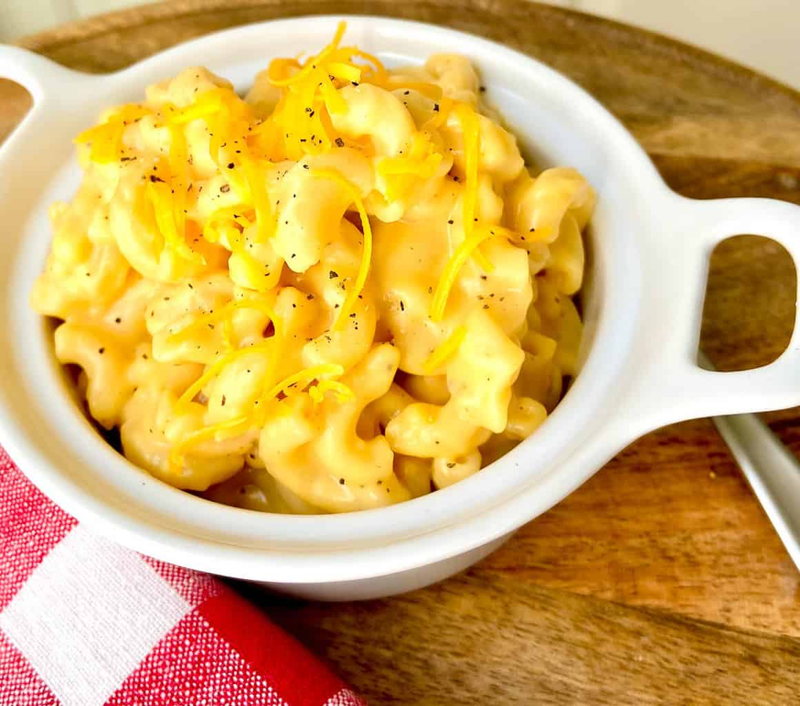 Creamy macaroni and cheese in white bowl