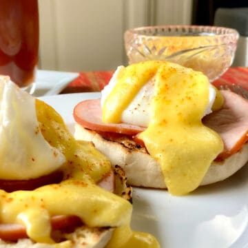 Hollandaise sauce on eggs benedict