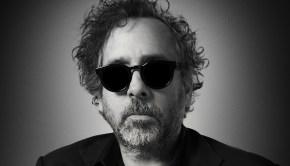 Φωτογραφία: Ο Τιμ Μπάρτον σε κοντινό κάδρο με γυαλιά ηλίου και μαύρο σακάκι. Γύρω του σκιά.