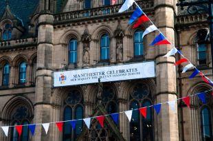 Manchester dà il benvenuto alla regina