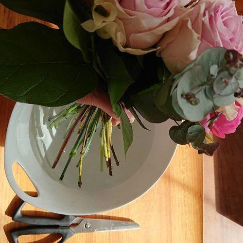 【#Flowergift 】花束をもらうと、ラッピングが可愛いし、そのままにしておいて良いのか、すぐにラッピングを外して水につける方がよいのか迷うことがありませんか?お花屋さんで花束を作るときの花束の足元(茎の先)の保水方法によって、ラッピングをすぐに外すほうがよいのか、そのまま置いておいてよいのか違ってきます。①水を含ませたペーパータオル+アルミホイルの場合 →なるべく早くにラッピングをほどいて、花器(花瓶など)に入れてあげるほうがいいです。②「エコゼリー」という水でできたゼリーが入った袋を かぶせた場合 →2日程は、ラッピングのままでも大丈夫なはずです。 ①②どちらも、ラッピングを外して花器(花瓶)に入れる時に、お花の「水切り」をしてあげると、お花がより長持ちします。写真のように、花束の茎の先をお水につけて、水の中で茎の先をチョキンと切ることを「水切り」といいます。切り落とす長さは1センチ位を2回程でOKです。花用のハサミなんて持っていない!という方は、ご家庭にあるキッチンバサミを使ってください。水切りをすると、お花がより元気に長持ちしますので、ぜひお試しくださいね。写真のキッチン鋏は、貝印さんのSELECT100 シリーズ#花束 #水切り #花束どうする#花バサミ #キッチンばさみ #kitchenitem #貝印 #kaijirushi #KAI