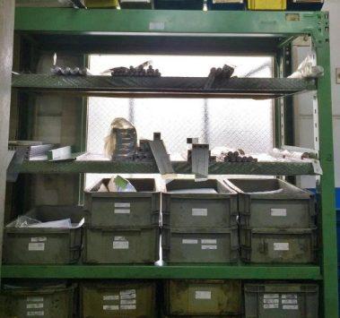 工場オフィスの5S地震対策棚・窓の前に棚