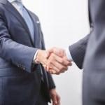 握手をする経営者と新入社員