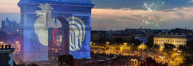 勝利の夜、凱旋門に映写されたフランスのシンボル(2018年7月15日)