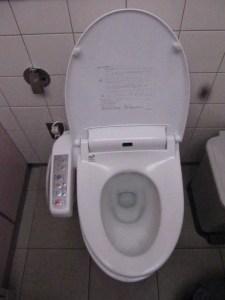 Toilettes high tech, pas de doute, je suis bien au Japon !!