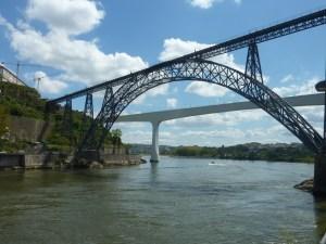 Au premier plan, le pont construit par Eiffel
