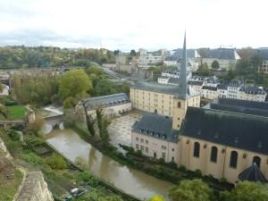 Vue sur l'abbaye de Neumünster et l'église St Jean depuis les remparts