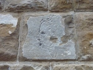 Sur l'un des murs, un «graffiti»… qui aurait été fait par Michel-Ange, de dos ^^