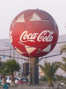 Près de l'hôtel trône un étonnant ballon Coca...
