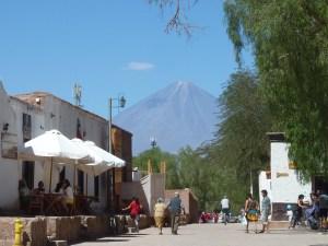 La place centrale de SPA et au fond le volcan Licancabur