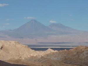 Au loin, le volcan Licancabur