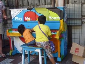 Comme à Paris, des pianos sont dispersés dans la ville