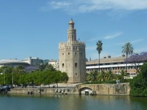 Torre del Oro, et beaux arbres bleus que l'on voit beaucoup ici