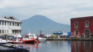 Le Vésuve, imposant, se dessine derrière le port