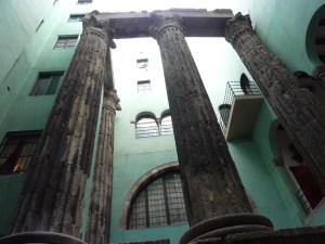 Des vestiges du temple d'Auguste subsistent dans une cour intérieure