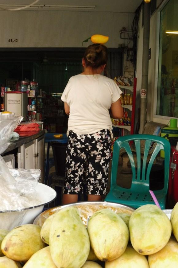 Pas étonnant que le mango with sticky rice soit bon, la cuisinière pousse le souci du détail jusqu'à avoir une mangue dans les cheveux...