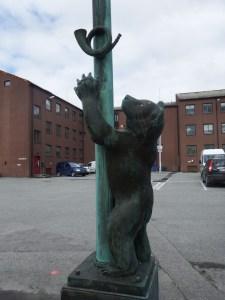 Devant le consulat russe, de jolies staues d'ours
