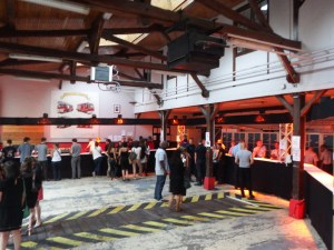 La garage des camions est reconverti en bar