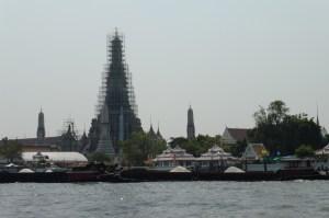 En face du Wat Pho, le Wat Arun en cours de rénovation