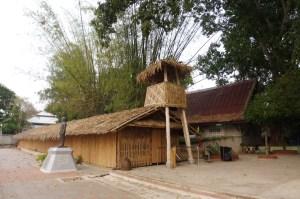 Les cabanes en bambou où logeaient les prisonniers ressemblaient à celle-ci