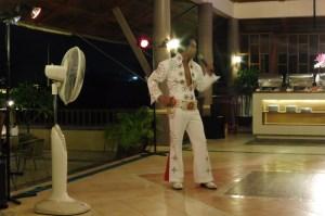 Soirée buffet avec Elvis, très kitsch mais très sympa au final