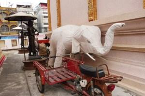 Derrière le Wat Phra Kaeo, un étonnant éléphant