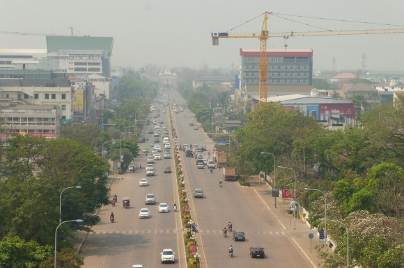 """... et sur l'avenue Lane Xang, les """"Champs Elysées"""" de Vientiane"""