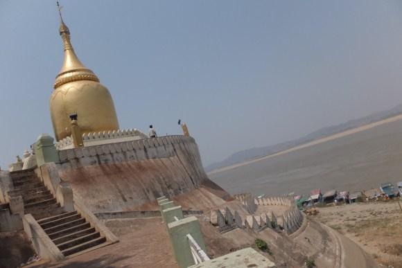 La jolie pagode Bupaya en bord de fleuve