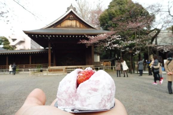 Des pâtisseries sont préparées spécialement pour la période de sakura - ici dans le sanctuaire