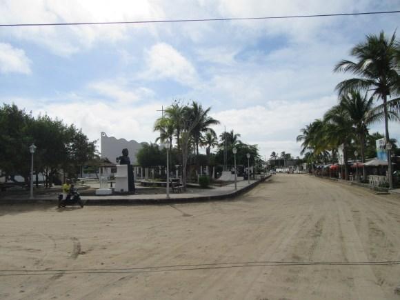 Les rues de sable... ici, la place centrale de la ville