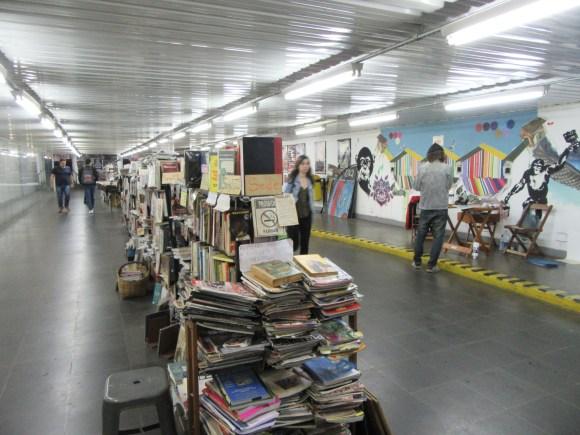 Une bibliothèque dans les couloirs du métro
