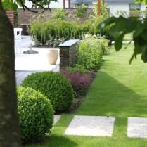 Buksbomkugler markerer overgang fra terrassen til græsplænen