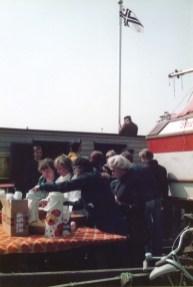 Pajalahdessa lipun nosto 1970-luvun loppu. Taustalla ainoa rakennus, vartiokoppi (SMK)