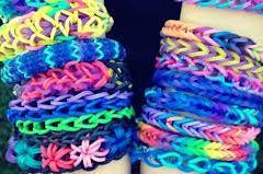 Atenţie la brăţările elastice multicolore