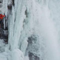 Este primul om care a reuşit asta. Cum urcă un alpinist pe cascada Niagara? (VIDEO)