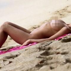 O vedetă Playboy a crezut că n-o vede nimeni și a făcut plajă goală-pușcă! FOTO 18+