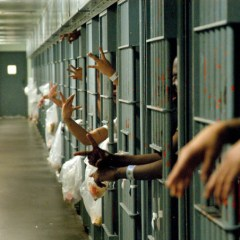 O femeie a fost închisă într-o celulă cu 40 de bărbaţi. E incredibil ce a urmat
