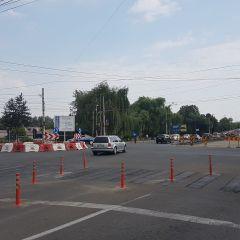 In intersectia de la Burdea s-a amenajat un sens giratoriu