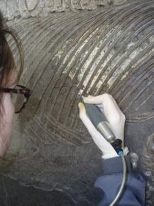 Zunächst werden bei der Restaurierung oberflächliche Verunreinigungen mit dem Druckluftstichel entfernt. Foto: Kamenz/SMNS.