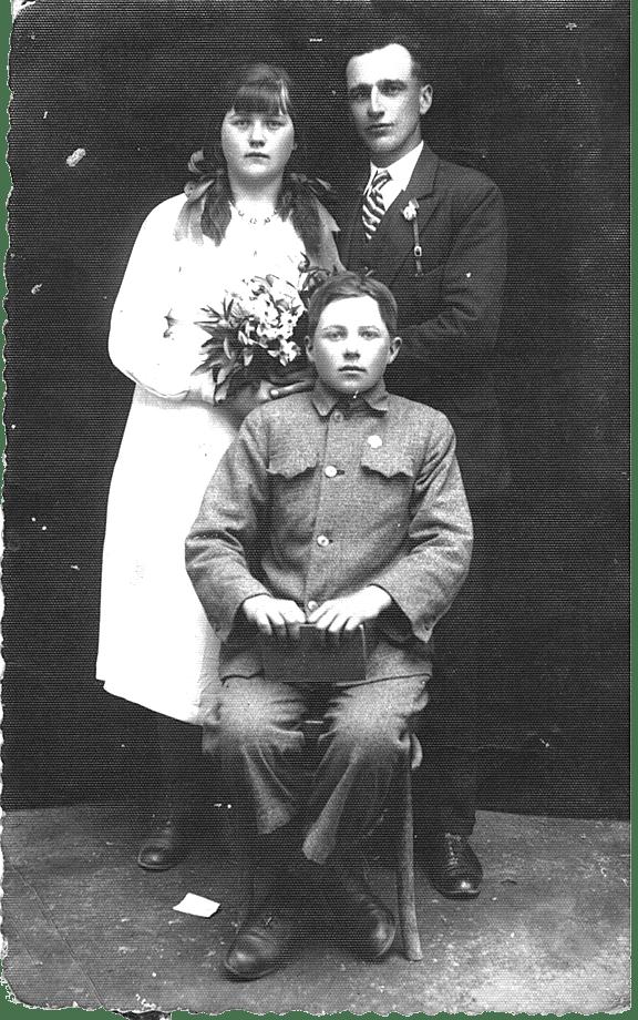 Zdjęcie ślubne Jana iZofii Kosturek wFilipkowcach - siedzi brat Zofii Ilich Tadeusz (starszy o2 lata)