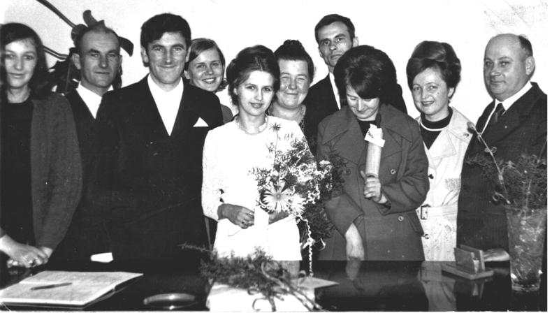 Urząd Stanu Cywilnego wGRN wKowalowicach. Pani Zofia, jako kierownik USC udziela ślubu parze młodej nazwiskiem Hruszowicz.